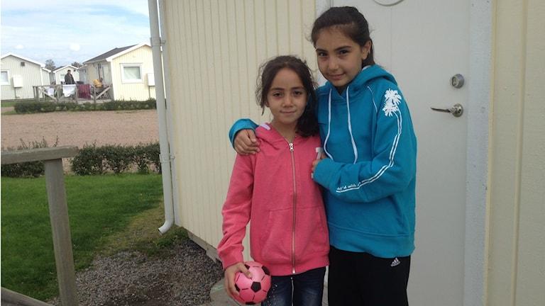 Flickorna Rahaf, 9 år, och Raghad 11 år. Foto: Muhamed Ferhatovic / Sveriges Radio