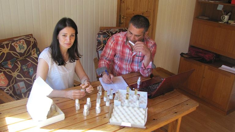 Sawsan Saeedahmad och Sfean Alabdon är på gång med parfymtillverkning i Hylte.