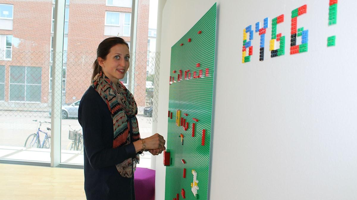 Erika Danker vid en av de kreativa stationerna i Halmstads konsthall. Här kan man skapa med lego. Foto: Elin Logara/SR