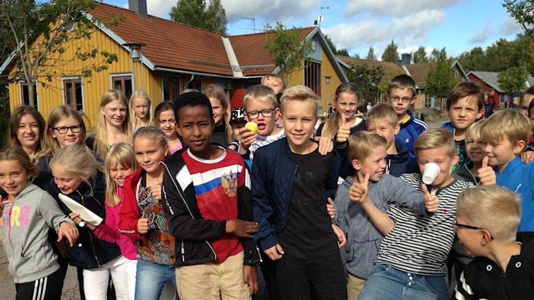 Elever och lärare på Elias Fries firade 20-årsjublieum hela förmiddagen. Foto: Inger Söderström/Sveriges Radio.