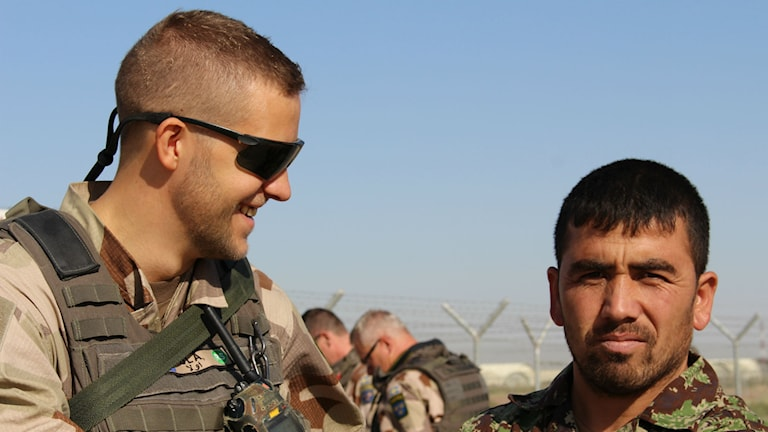 Ola Svärd bollar idéer med afghanska militärer. Foto: Anna Nyberg/Sveriges Radio