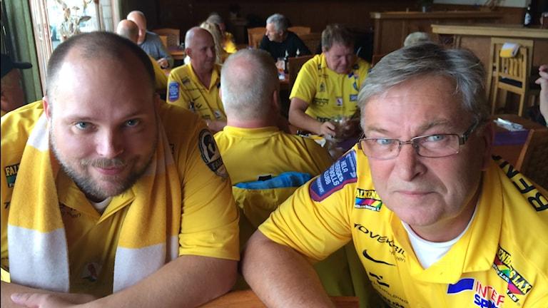 Falkenbergs FF:s supportrar laddar upp inför matchen. Foto: Magnus Hagström/Sveriges Radio.