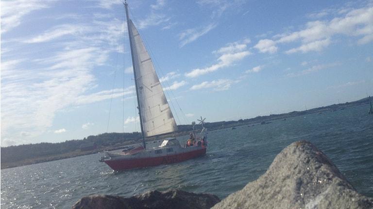 Under lördagen anlöpte segelbåten till Bua. Foto: Muhamed Ferhatovic / Sveriges Radio