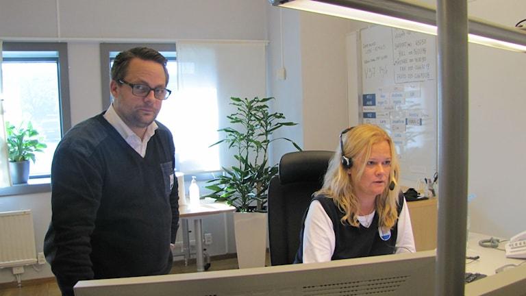 Platschefen Martin Lundblad och operatören Anna Claesson vill se färre felringningar till SOS Alarm.