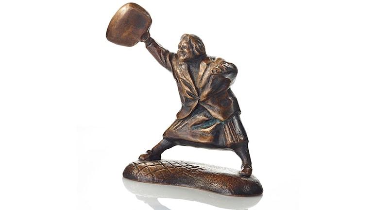 Konstnären Susanna Arwin har gjort en prototyp till en staty av kvinnan som slår en nynzist med sin handväska. Statyn bygger på en stillbild som togs av Hans Runesson i Växjö 1985. Foto: Daniel Ekerot/TT