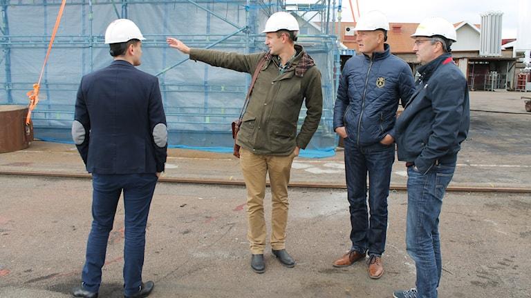 Per Svensson (pekandes), socialdemokratiskt oppositionsråd i Falkenberg, tillsammans med riksdagsledamöterna Hans Hoff och Adnan Dibrani samt Falkvarvs vd Jan-Olof Carlsson (t.v). Foto: Elin Logara/Sveriges Radio.