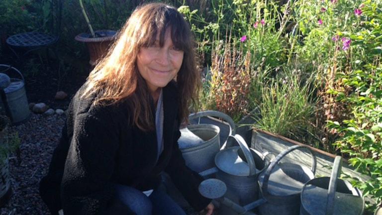 """Trädgårdsformgivaren Susan Hübel tycker att vi borde bli bättre på att uppskatta våra trädgårdar istället för att känna stress över alla """"måsten"""". Foto: Therése Alhult/Sveriges Radio"""