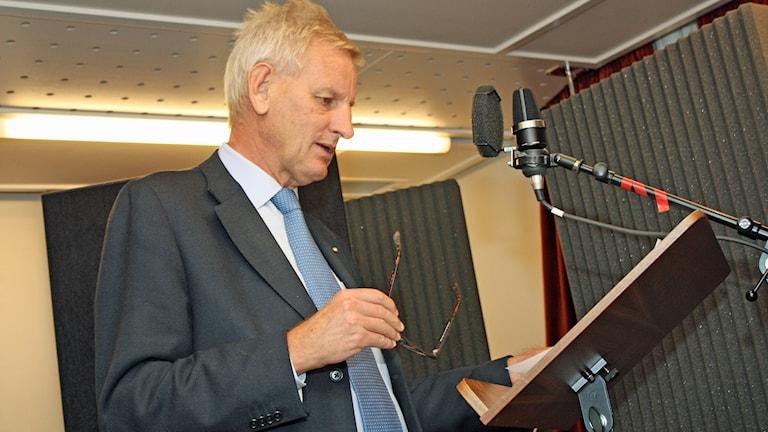 Så här går det till när Carl Bildt över inför julkalendern. Foto: Sveriges Radio