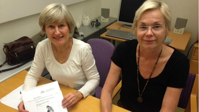 Ingrid Svensson och Birgitta Reenbom, skolsköterska respektive verksamhetschef inom skolhälsovården, råder alla föräldrar att regelbundet luskamma sina barn för att undvika löss. Foto: Therése Alhult/Sveriges Radio.