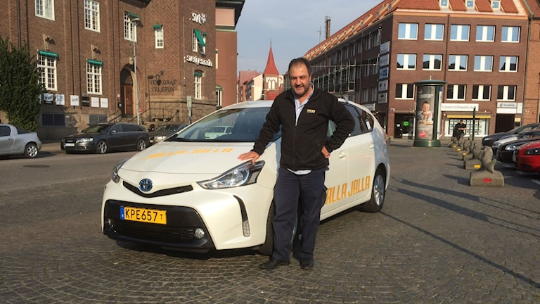 """Mokaram Jalal kör taxi i Halmstad och är enligt ett publiktips """"Halmstads skönaste taxichaufför"""". Foto: Jennifer Erlandsson/SR Halland"""