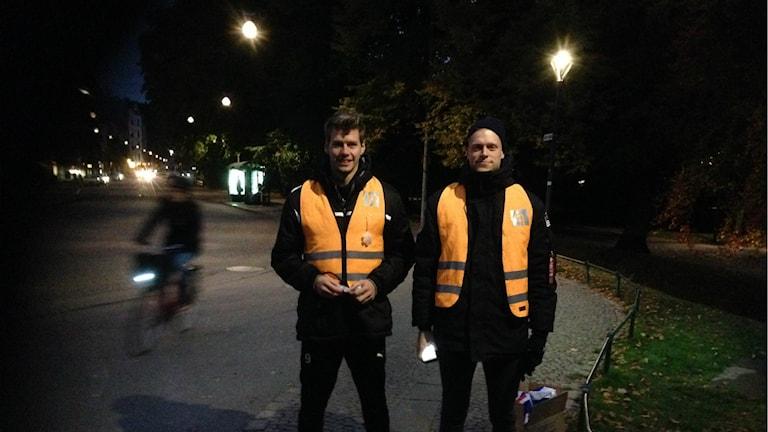 HBK:arna Marcus Johansson och Malkolm Nilsson hade reflexutdelning i morgonrusningen. Foto: Andreas Svensson/Sveriges radio