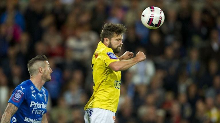 David Svensson i Falkenbergs FF nickar en boll framför James Keene, Halmstads BK. Foto: Björn Lindgren/TT: