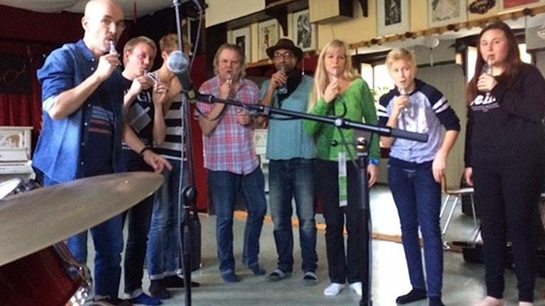 Sofi Hellborg håller workshop i afrikansk musik med  flaskblåsning. Foto: Ann Jornéus/Sveriges Radio.
