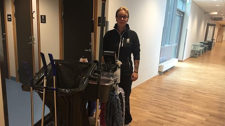 Jeanette Johansson är lokalvårdare på Trönninge skola i Varberg och tycker att det nya digitala lokalvårdssystemet fungerar bra.