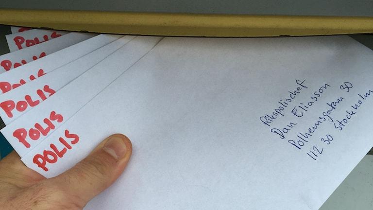 Polisbrev läggs på låda. Foto: Lyssnarbild.