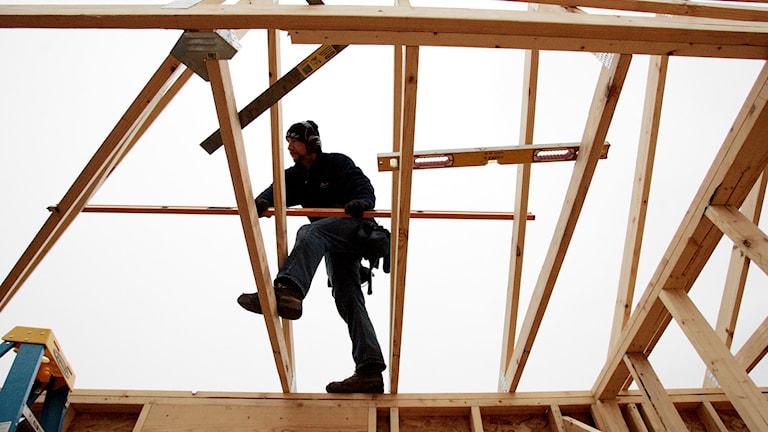 Derome vill få in ny personal i deras takstolskonstruktion. Foto: TT.