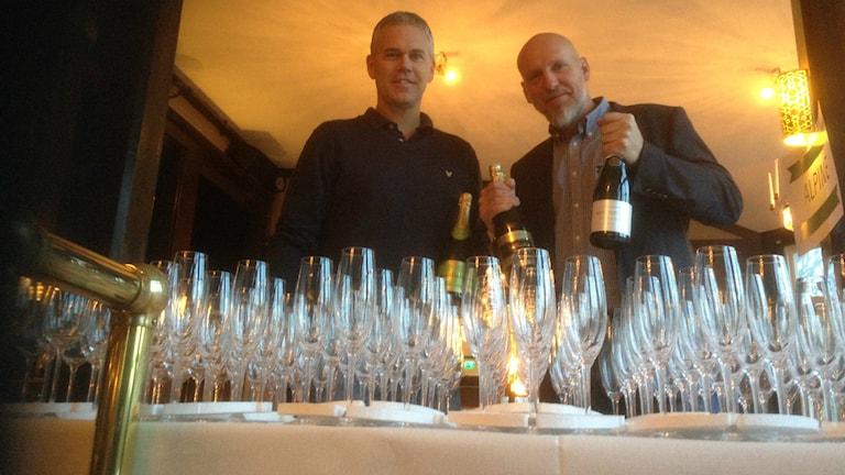 Niklas Steinwall och Niclas Wilhelmsson håller tummarna för världsrekord. Foto: Andreas Svensson/Sveriges radio