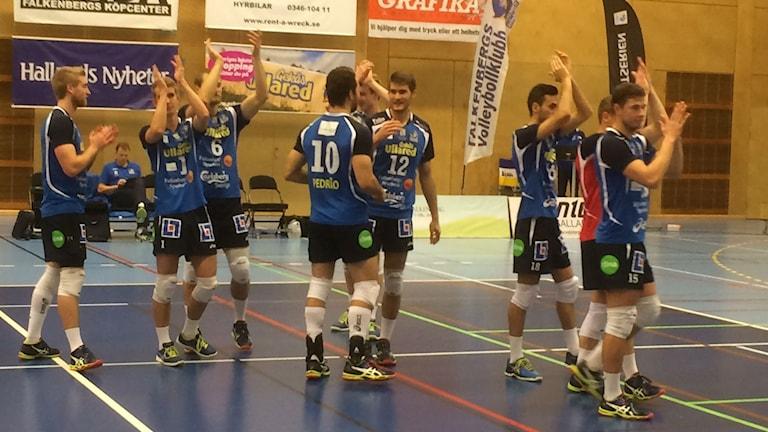 Falkenbergs volley jublar efter seger mot Vingåker. Foto: Patric Ljunggren/ Sveriges Radio