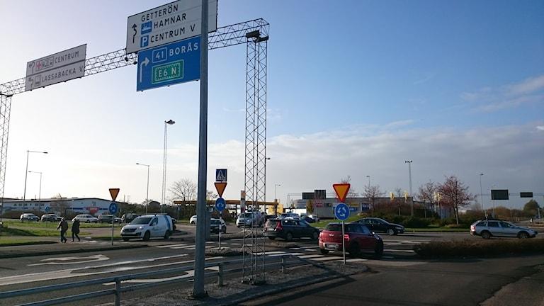 Lassabackarondellen. En linje som visar hur du ska köra i rondellen kostar 1850 kronor styck. Foto: Jonna Burén / Sveriges Radio
