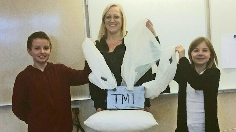 Laget Egg Aliens med bidraget T.M.I. På bilden från vänster står Isak Petersson, Anna Hilbert och Maja Graad. Även Tindra Österberg är med i laget. Foto: Privat