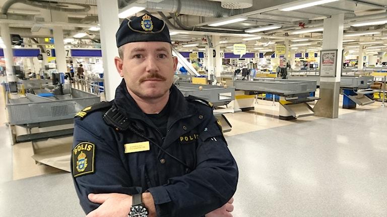 Jesper Kock är polisinspektör i Ullared och är idag på plats på varuhuset. Foto: Henrik Martinell/Sveriges Radio.