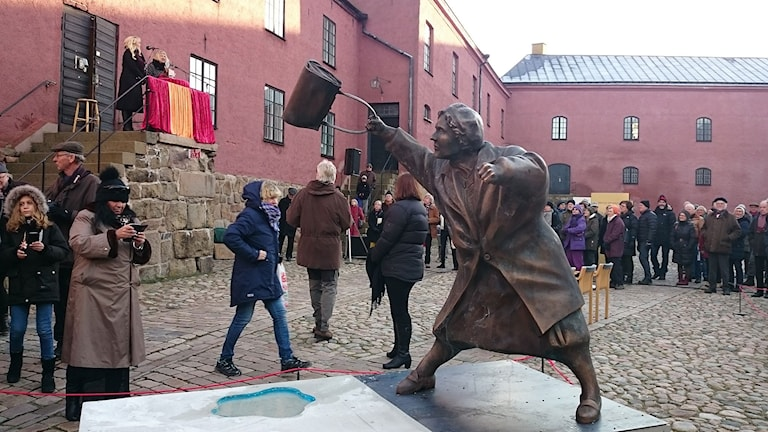 Kvinnan med handväskan på Varberg Fästning. Foto: Jonna Burén/Sveriges Radio