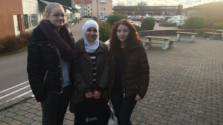 Amanda, Sara och Sara som går samhällsprogrammet. Foto: Muhamed Ferhatovic/Sveriges Radio