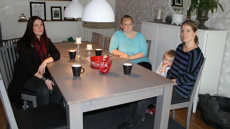 (Från vänster) Sara Walfridsson och Cathrine Nevland, från Slättåkras skolförening, samt Kristina Abrahamsson, ordförande i Slättåkra bygd.Foto: Elin Logara/Sveriges Radio