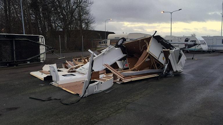 En av husvagnarna slogs helt i spillror. Foto Simon Nilsson, Zäta Caravan.