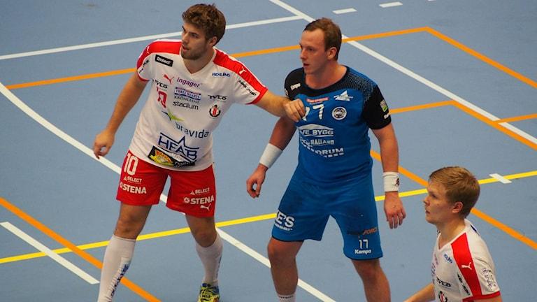 Albin Stenberg HK Drott i kamp med Carl Löfström HK Aranäs. Foto: Patric Ljunggren/ Sverigesradio