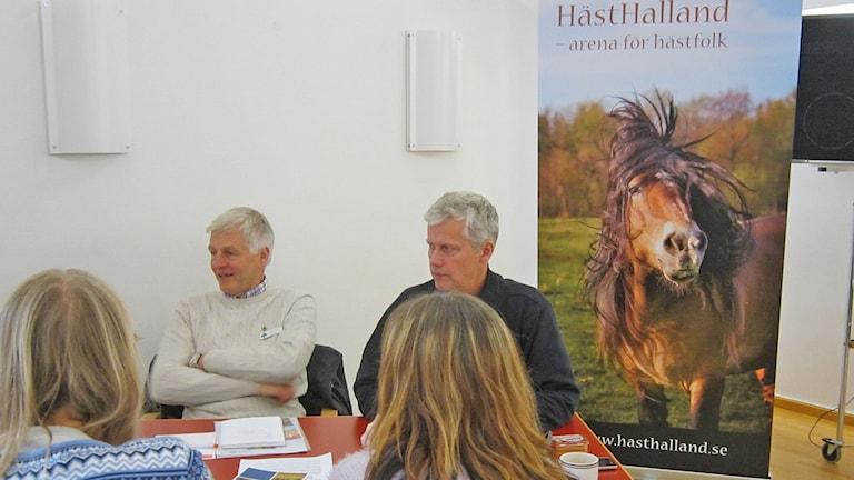 Grupparbete om framtiden. Thomas Magnusson närmast hästen. Foto: Göran Frost/Sveriges Radio