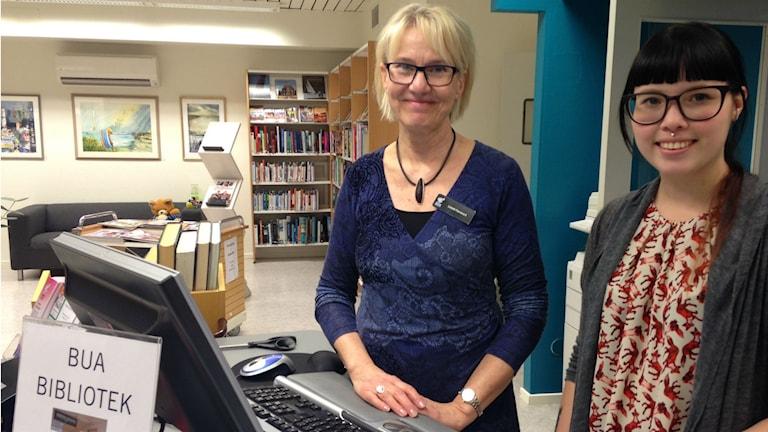 Bibliotekarierna Lisbeth Fävremark och Malin Ringmann på biblioteket i Bua. Foto: Sveriges Radio