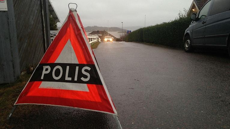Polisen var på plats hela helgen vid de fastigheter där knivdåden ska ha ägt rum i Forsbäck i Kungsbacka. Foto: Sveriges Radio
