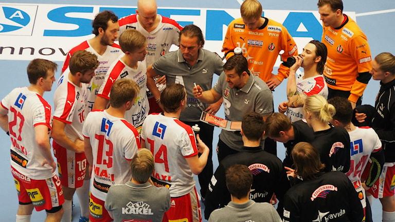 HK Drott tar timeout.Foto:Patric Ljunggren Sveriges Radio