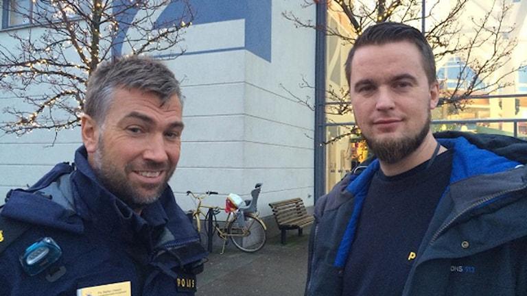 Polisen bidrar till julefrid genom att satsa extra mot fickstölder och bilstölder vid köpcentra, berättar polismännen Stefan Olsson och Ola Engström. Foto: Magnus Hagström/Sveriges Radio.