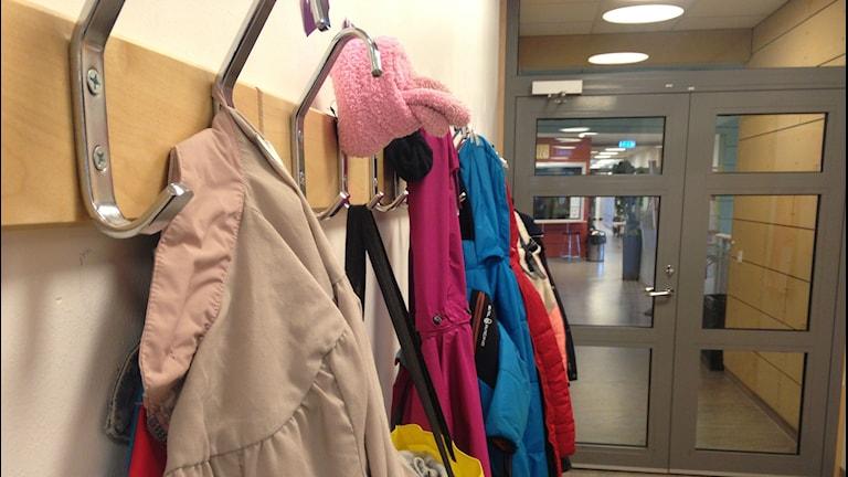 Klädhängare på en grundskola. Foto: Sveriges Radio