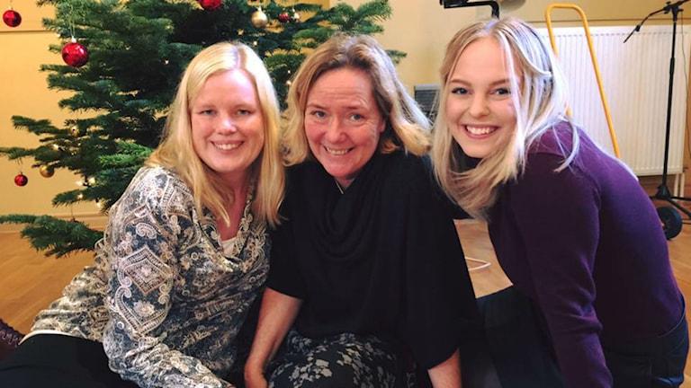 Marina Sjöqvist, Charlotte Svensson och Petronella Lång dukar upp till julbord för alla utsatta. Foto: Jennifer Erlandsson