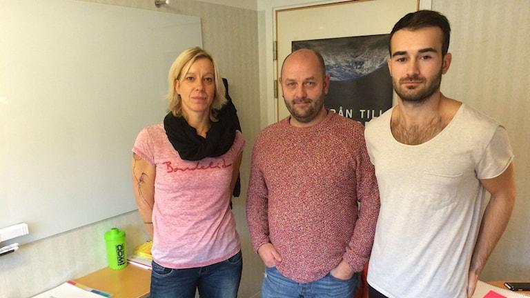 I mitten ser vi Peter Hultén som utvecklingsledare inom socialtjänsten på Varbergs kommun. Foto: Muhamed Ferhatovic/Sveriges Radio