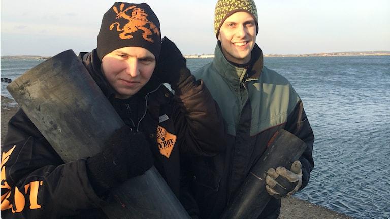 Sven Åkersten och Christian Jern i Chalmers pyrotekniska kommitté med mörsare till nyårsfyrverkeriet. Foto: Magnus Hagström