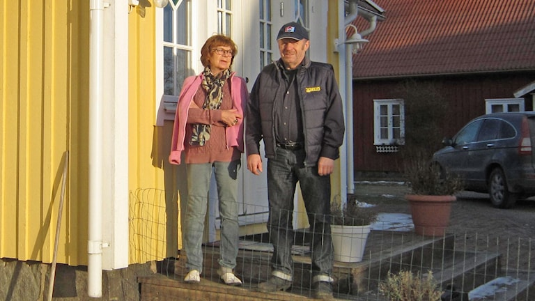 Viola Claesson och Stig-Erik Andersson i Gunnarps-Lunnagård. Foto: Göran Frost/Sveriges Radio