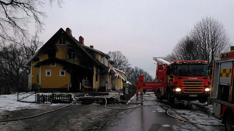Branden radhuslängan på Sulfitvägen gjorde sex lägenheter obeboeliga. Foto: Elin Logara / Sveriges Radio