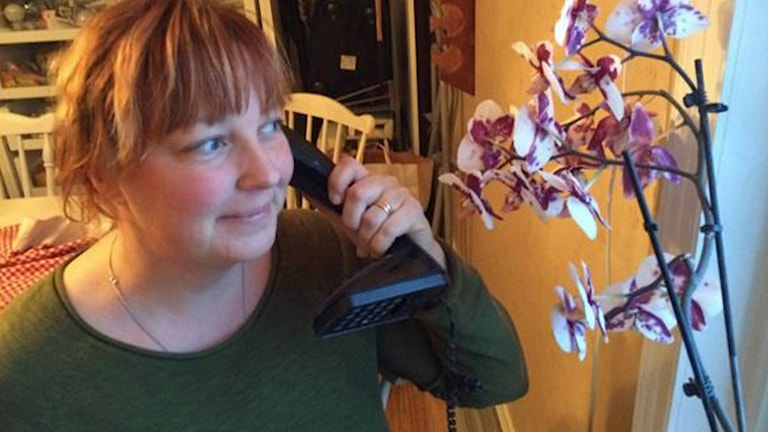 Beatrice och Thomas Alexandersson har varit utan telefon i en månad. Nu har de plötsligt fått grannens telefon istället. Foto: Magnus Hagström/Sveriges Radio.