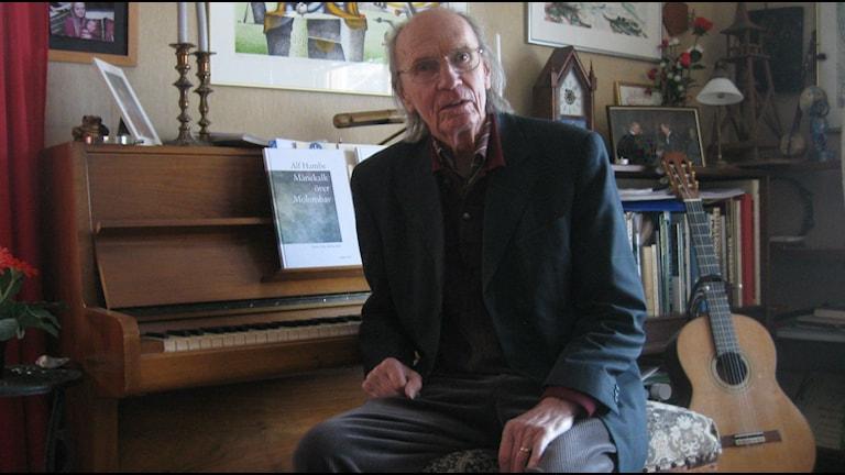 Alf Hambe vid pianot hemma i Steninge. Foto Ann Jornéus Sveriges Radio