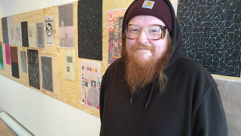 Christian Finnes, dansk konstnär, på Teckningsmuseet i Laholm. Foto: Muhamed Ferhatovic/Sveriges Radio.