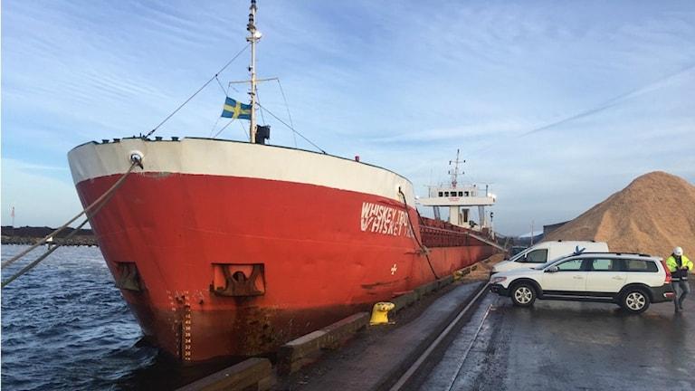 Det Panamaflaggade fartyget Whiskey trio i Varbergs hamn. Foto: Transportarbetareförbundet