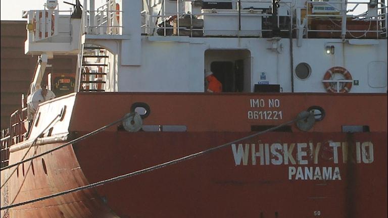 Aktern på det panamanflaggade lastfartyget Whiskey Trio. Foto: Henrik Martinell / Sveriges Radio