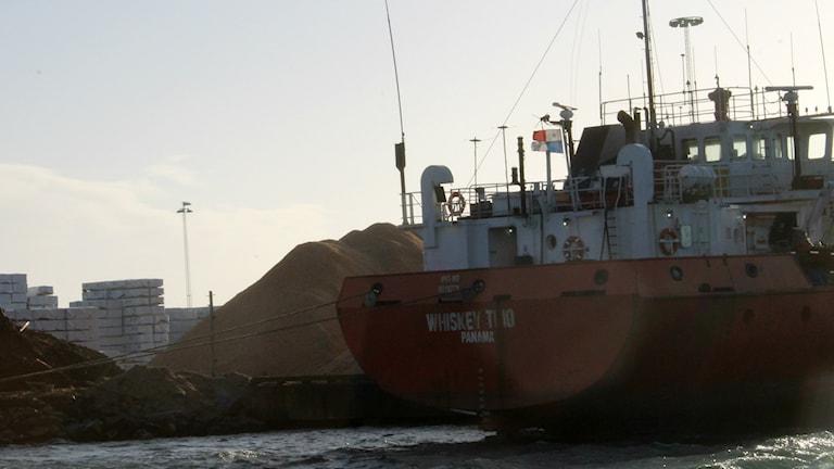 Aktern på det panamaflaggade lastfartyget Whiskey Trio. Foto: Henrik Martinell / Sveriges Radio