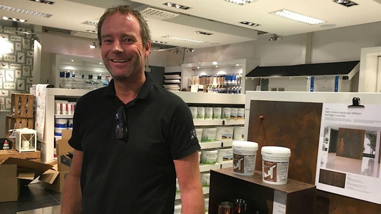 Mikael Borslöv som driver måleributiken Inspiratören och Halmstad Färghus tycker det är viktigt att plåt- och måleriutbildningarna stannar kvar.
