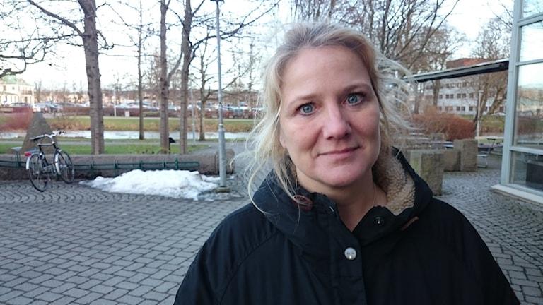 Camilla Schulz tycker inte att det är rätt att använda regnbågsfärgerna. Foto: Jonna Burén / Sveriges radio
