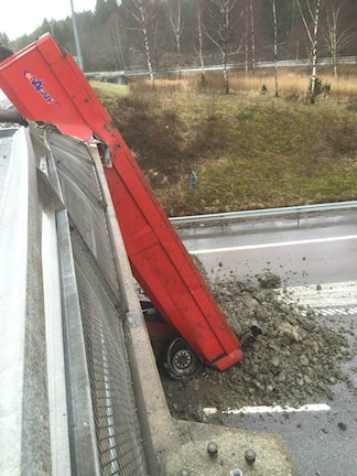 Lastbilsolyckan vid viadukten vid Onsalamotet. Foto: Vladimir Kundhi/Läsarbild